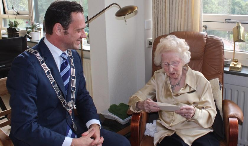 De 106 jarige Toos Lycklama samen met burgemeester Sjoerd Potters die haar persoonlijk kwam feliciteren met haar verjaardag. FOTO: Els van Stratum