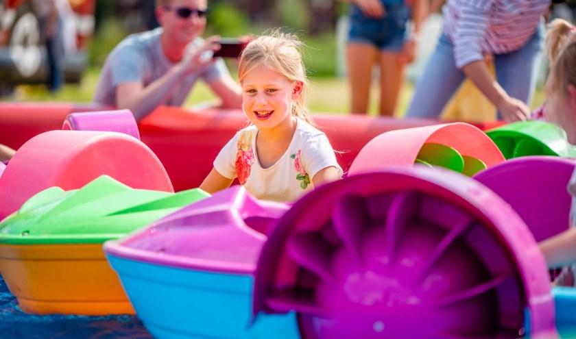 Meisje in een van de mega-attracties van het Jumbo Kinderplein.
