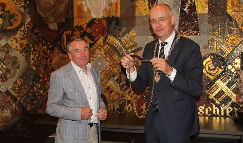 Met het omhangen van een gouden fietsketting is Hennie Kuiper woensdag 28 augustus benoemd tot Fietsburgemeester van Enschede.