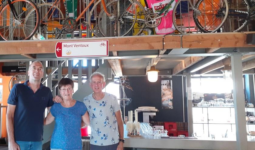 Martien Hendriks (rechts), Gerda Martens en Charles Ramaekers in wielercafé Cyklist in Eindhoven, waar Charles werkt als vrijwilliger.