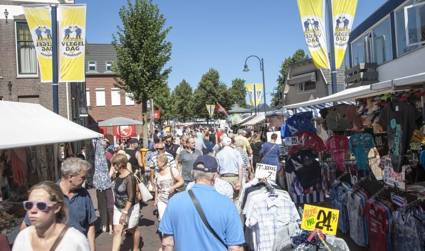 Wat een feest als er tijdens Vlegeldag duizenden bezoekers door de Dorpsstraat lopen!