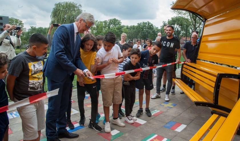 Burgemeester Lucas Bolsius onthulde donderdagmiddag de nieuwe dug-out bij het voetbalveld aan de Meridiaan in De Koppel.