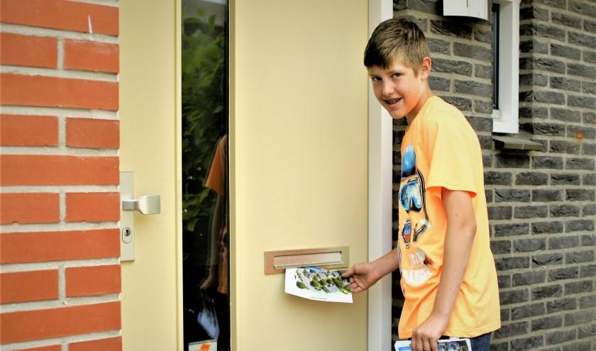 Julian zet in totaal 7207 stappen tijdens zijn rondjes folders rondbrengen. Foto: Robbert Roos