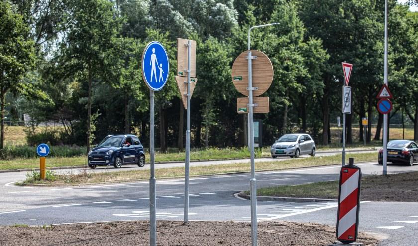Gemeente Zwolle doet proef met verkeersborden van bamboe. De eersten zijn geplaatst aan de ten Oeverstraat.
