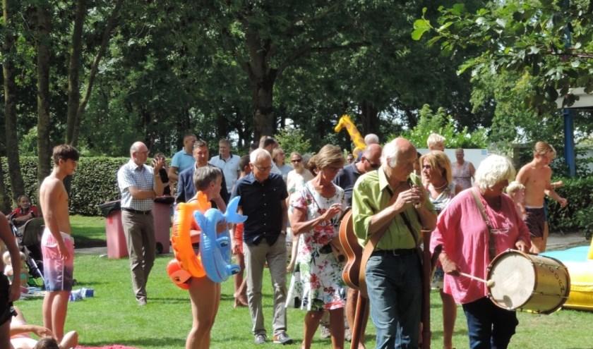 Voorop gegaan door de muziek bekeken de genodigden het 50-jarige Zwembad De Vrije Slag
