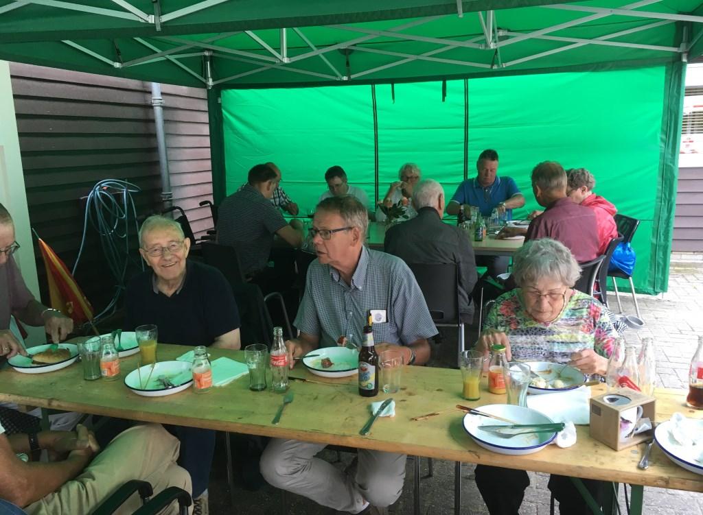 gezellig eten met elkaar Foto: C Booman © DPG Media