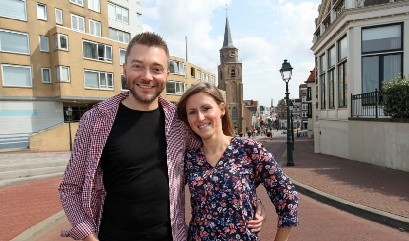 Joanna en Paul in de Keizerstraat. Vooral het multiculturele karakter van Den Haag vindt dit Poolse stel erg leuk.  (Foto: Peter van Zetten).