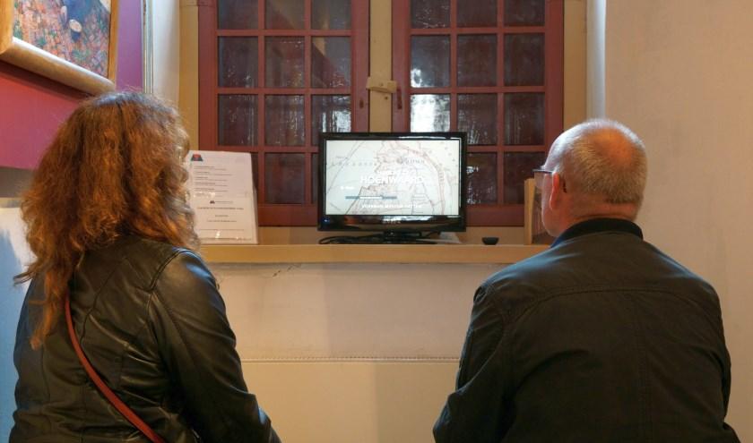 Bezoekers bekijken in de Jo Koster-zaal de nieuwe informatieve presentatie over de Hoenwaard. (foto: Voerman Museum Hattem)