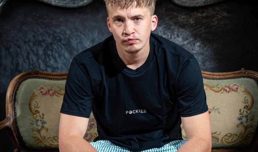 De groen-wit gestreepte boxer bevat herhalend de woorden 'Lieve Jongens,' doelend op de fanbase en crew van Snelle.