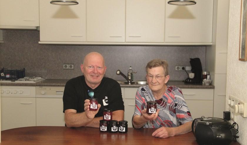 Wilfred van Manen en Riet - Oma Jam - Bodd tonen de potjes jam. (foto: PR)