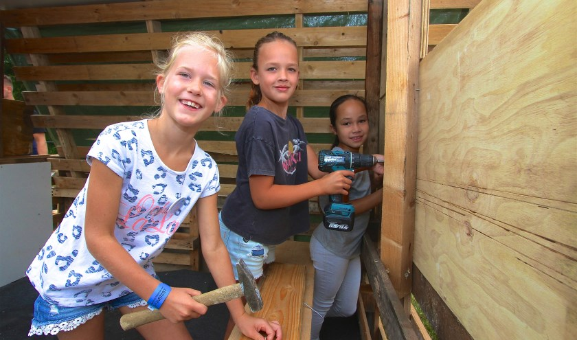 May (8), Kae (8) en Dila (8) uit Haalderen zijn voor de vierde keer present op het Kinderdorp. Ze genieten er volop van. (Kirsten den Boef)
