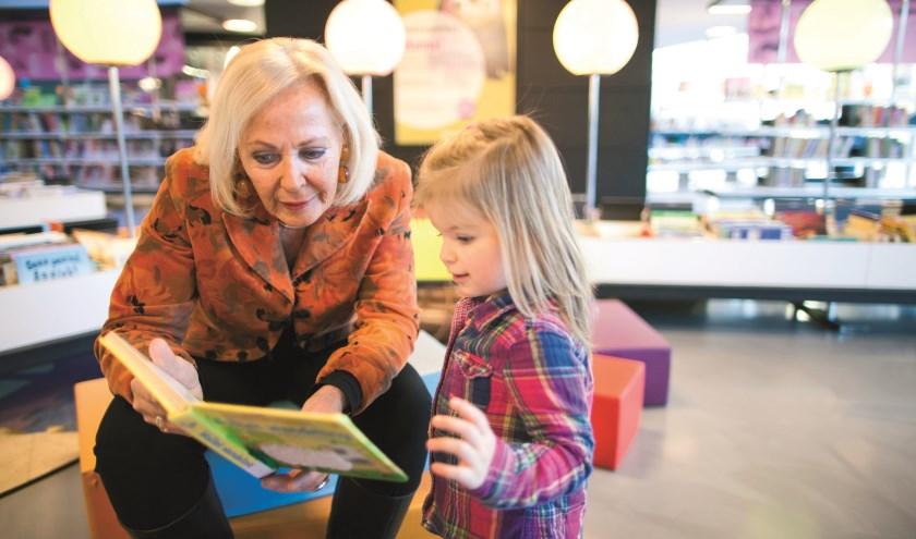 De vrijwillige voorlezers kunnen bijdragen aan de taalontwikkeling van de kinderen.