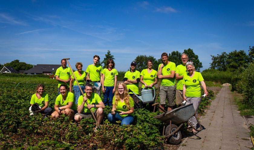 Helemaal rechts staat Marijke van der Wekke en Norbert Keizer is derde van rechts. In Apeldoorn en omgeving zijn inmiddels al meerdere plekken waar biologisch wordt gewerkt.