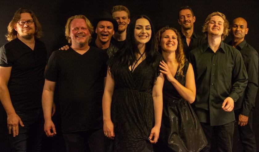 De nieuwe line-up van Symphonic Rock Night met v.l.n.r Jos Harteveld (zang), Joop Wolters, Tim de Jong (drums), Micky Huijsmans (zang), Monica Kemink (saxofoon), Frank Strokap (bas), David Quakkelaar (toetsen) en Anand Mahangoe (gitaar).