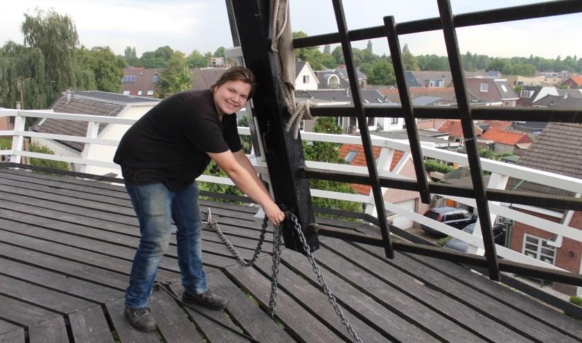 Dennis van Manen op de rondgang van de Nieuwe Molen om de wieken op de wind te zetten. (Foto: Henk Jansen)