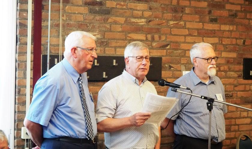 Van links naar rechts: Henk van der Meer, Frank Cools en Ad Sanders van het bestuur van KBO Heikant/Quirijnstok tijdens het jubileum van deze afdeling