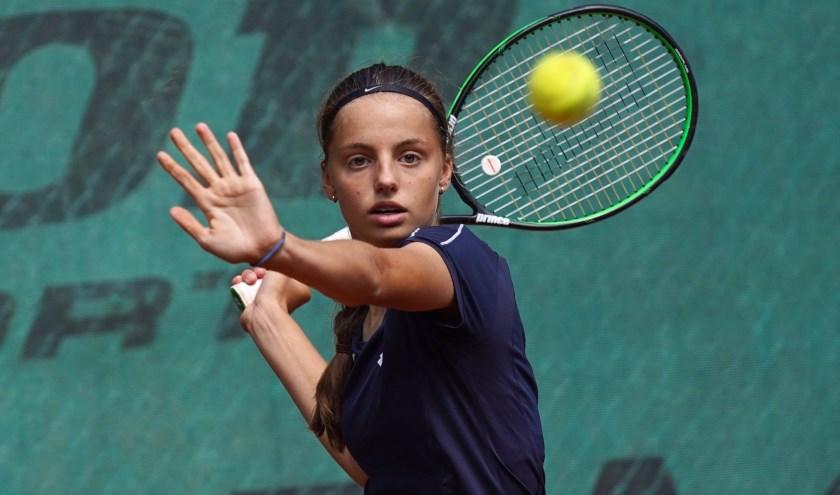 Florentine werkt hard aan fysieke kracht en technisch vermogen. Naast haar studie ligt de focus op de bal!