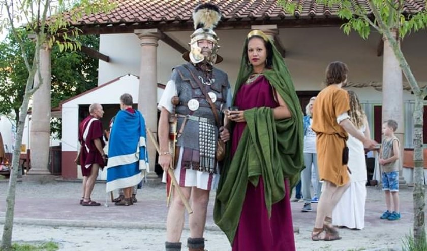 Ratna Drost in vol ornaat als Romeinse dame van hoge komaf in Museumpark Archeon.