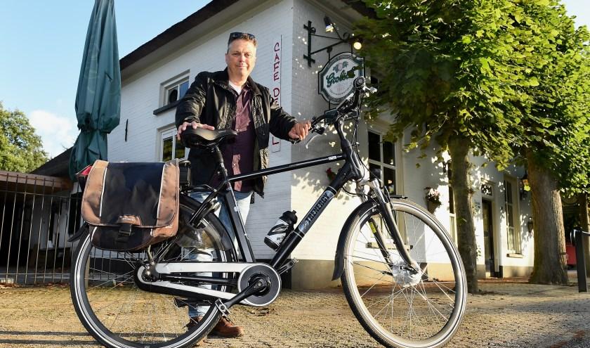 Evenard Lieverdink is een fietsfanaat, die al 40 jaar op de pedalen trapt. Hij is voorzitter van de Toerclub Zelhem. (Foto Roel Kleinpenning)