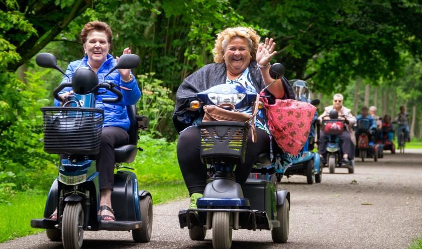 Foto door Regio TV infothuis: Sonja en Elze genieten zichtbaar tijdens de scootmobieltocht door het Zoetermeerse groen.
