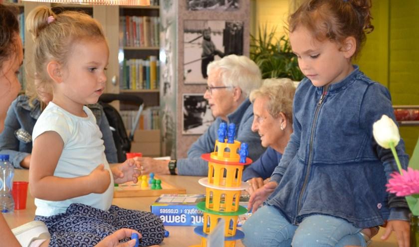 Kinderen en ouderen die spelletjes spelen