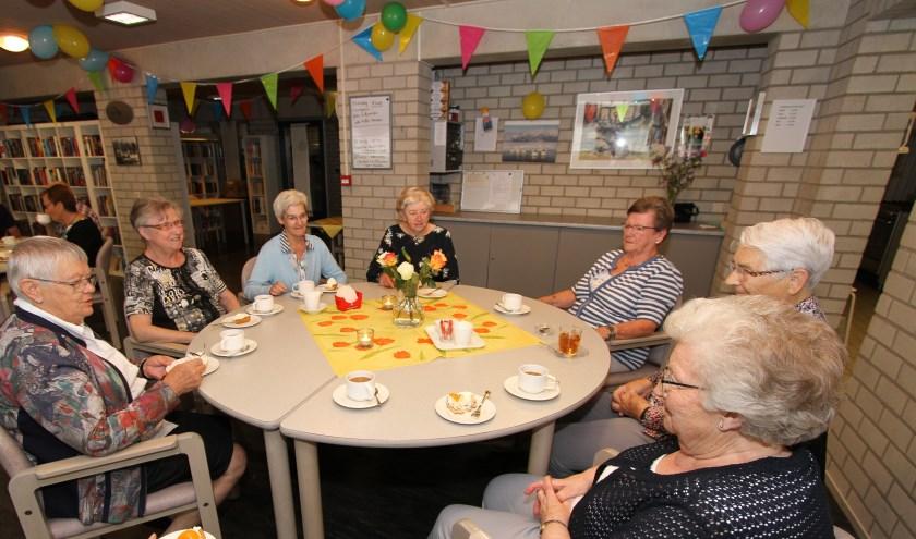 Een aantal Wintelrenaren geniet van koffie met gebak in de recreatiezaal van Kempkeshof.