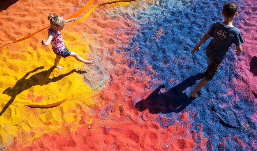 De gekleurde reuzenzandbak van Adam Kalinowski (Polen) nodigt uit tot spelen. De aanvankelijk van elkaar gescheiden kleuren raken geleidelijk aan vermengd