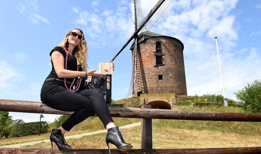 Sunniva de Jager met haar CD bij de torenmolen uit 1440-1450 in Zeddam, de oudste windmolen in Nederland.