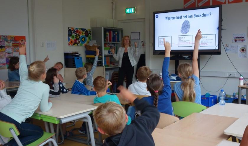 """De Apeldoornse gaf een gastles op de Sterrenschool over de relatief nieuwe technologie de Blockchain. """"Ze hingen aan mijn lippen."""""""