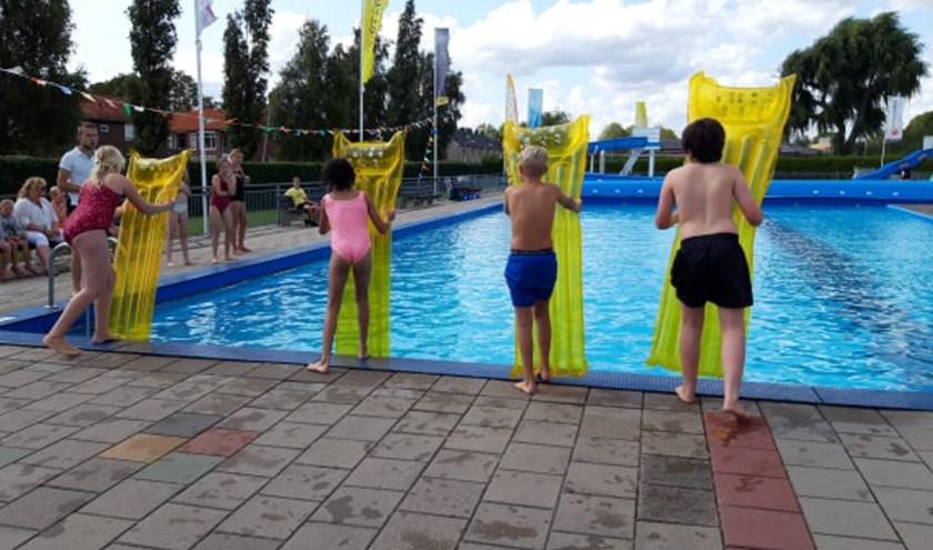 Klaar voor de start! De luchtbeddenrace was één van de vele activiteiten tijdens de jubileumweek van zwembad Ons Polderbad. Foto: PR