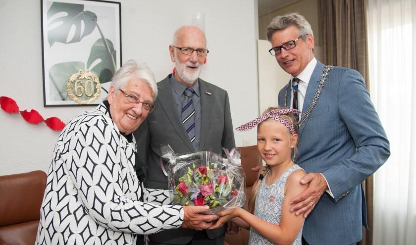 Dochter Tinne van burgemeester Bolsius mocht het bloemstuk geven. (Foto: Ronald Kersten Fotografie)