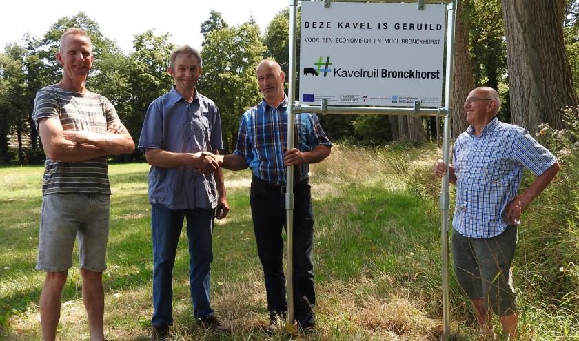 Plaatsing projectbord Wiersserbroekweg met kavelruilcoördinator Wim Ruiterkamp (r) en drie deelnemers.