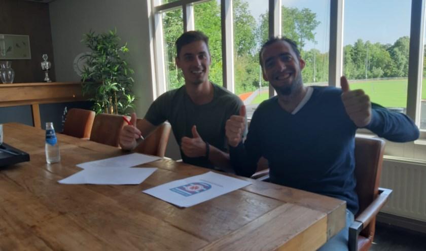 Verzorger Remco Verschut (links) tekent een contract voor 2 jaar als verzorger bij FC Oudewater. Rechts Voetbaltechnisch bestuurslid Gijs Kautz.