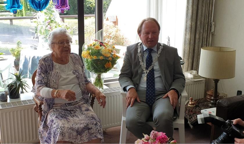 De 101-jarige mevrouw Scheurwater – van Namen met burgemeester Hein van der Loo.