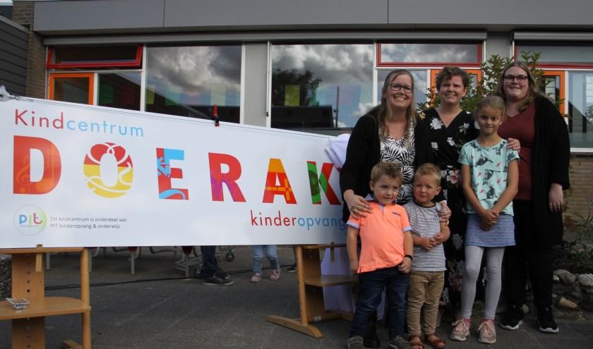 Als opening van een gezellig en drukbezocht ouder-kindfeest hebben Victor (2), Noah (3) en Amber (8) het nieuwe logo van kindcentrum Doerak onthuld.