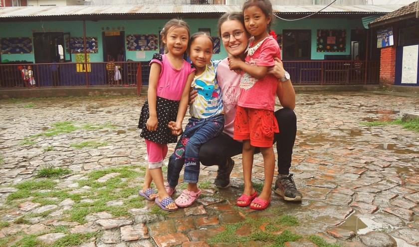 Een van de vrijwilligers met kinderen van Orchid Garden, een day-care centrum in Kathmandu