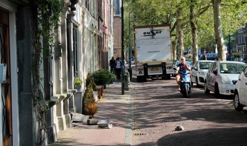 Tientallen meters verderop kwam de vrachtauto tot stilstand. Foto Rins Heidema
