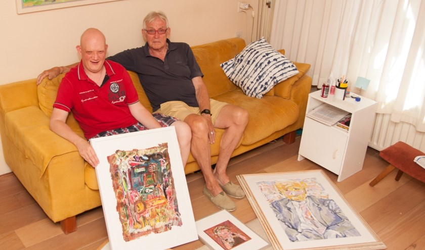 Tim Glashorst en Hans Bult laten alvast een aantal schilderijen zien.