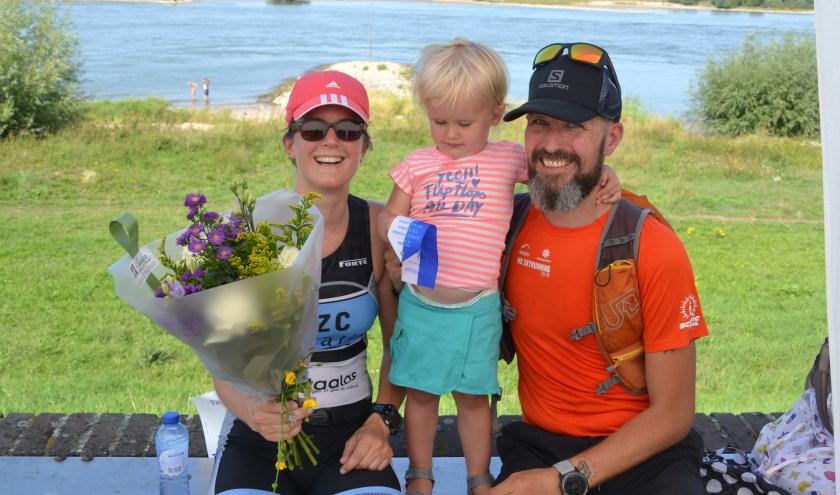 Een mooie opsteker; 1e dame tijdens de 1/8 triatlon in Zaltbommel in een tijd van 1.04.11 uur. Foto van de winnares en haar grootste fans: Ad Kraker