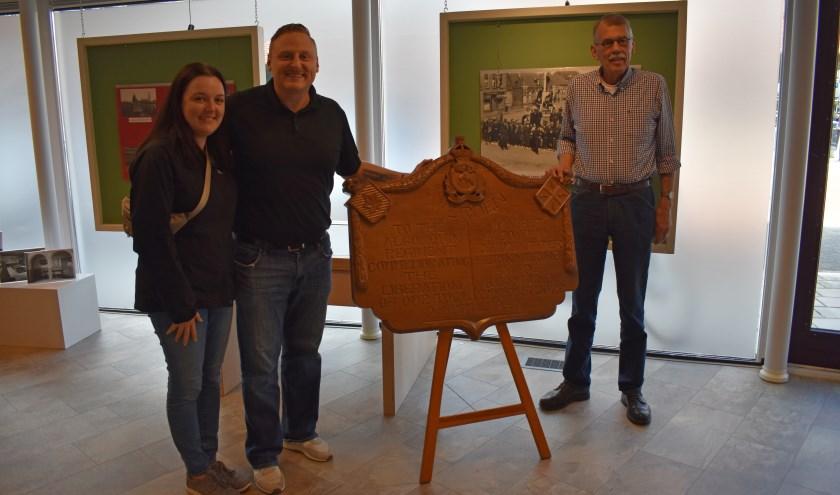 Lisa en Chris Sands bij herdenkingsbord van het Algonquin Regiment. Rechts Kees Kroon van de Historische Kring Wederden.