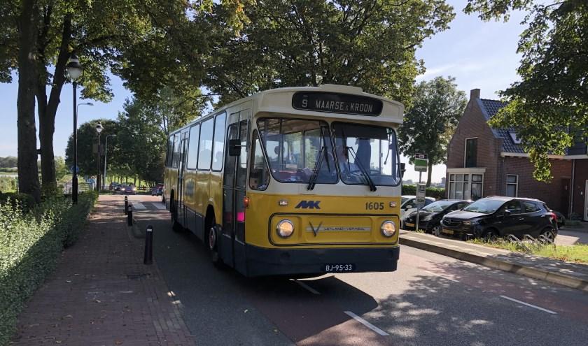 De historische bussen van Maarse & Kroon trokken veel bekijks tijdens hun route door de verschillende dorpen van de gemeente.