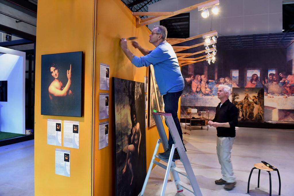 Leonardo da Vinci expositie wordt ingericht met links Paul te Hart en rechts Reinold Tombergen, vrijwilligers CIVON Innovatiecentrum op het DRU Industriepark in Ulft. (foto: Roel Kleinpenning) Foto: Roel Kleinpenning © DPG Media