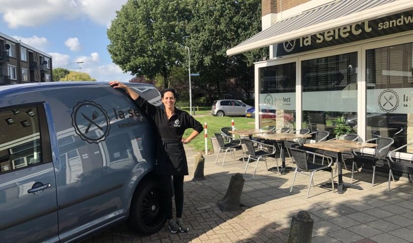 Leonie Nooijen is de trotse nieuwe eigenaar van La Select Sandwiches & More in de Hertogenwijk te Tiel.