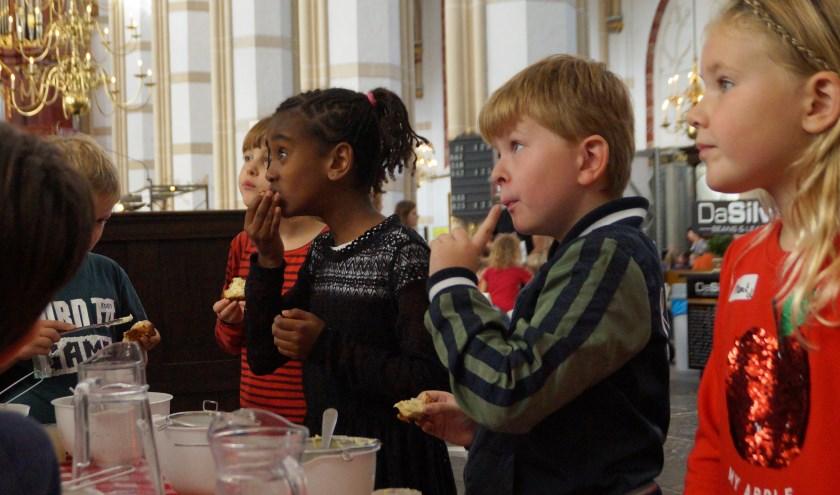 250 kinderen konden vrijdag tijdens ProefLokaal Junior al proevend en ruikend allerlei producten uit de Bommelerwaard ontdekken.