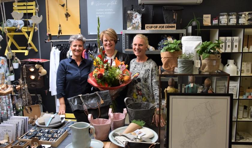 Annette Verbeek en de zussen Jeanine en Danielle Overgaauw van de winkel SJAANENDAAN (foto: Janet Kooren)