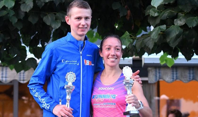 Tim den Besten met de beker van de Wiekenloop. Linda Ooms uit Tonden won de 10 kilometer bij de vrouwen. (Foto: Harry van 't Veld)