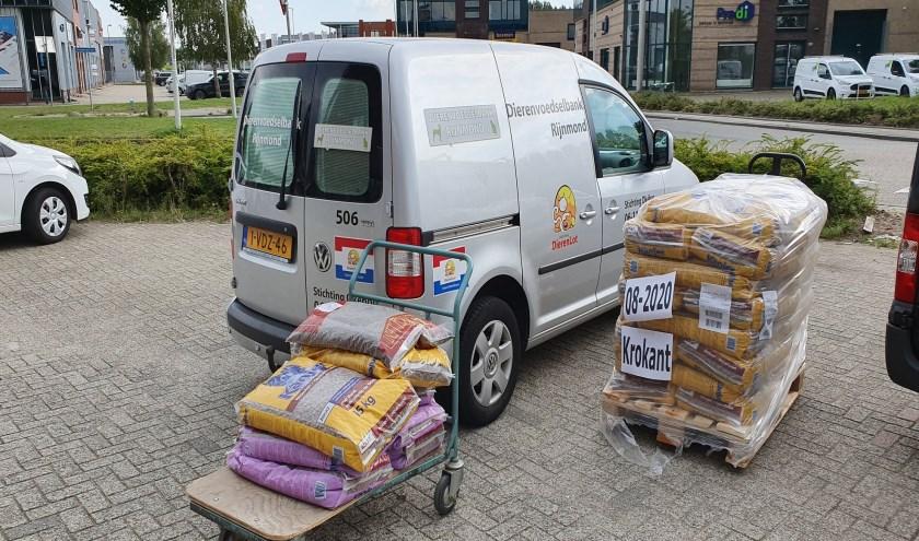 Een busje van de Dierenvoedselbank Rijnmond met gedoneerde zakken voer.