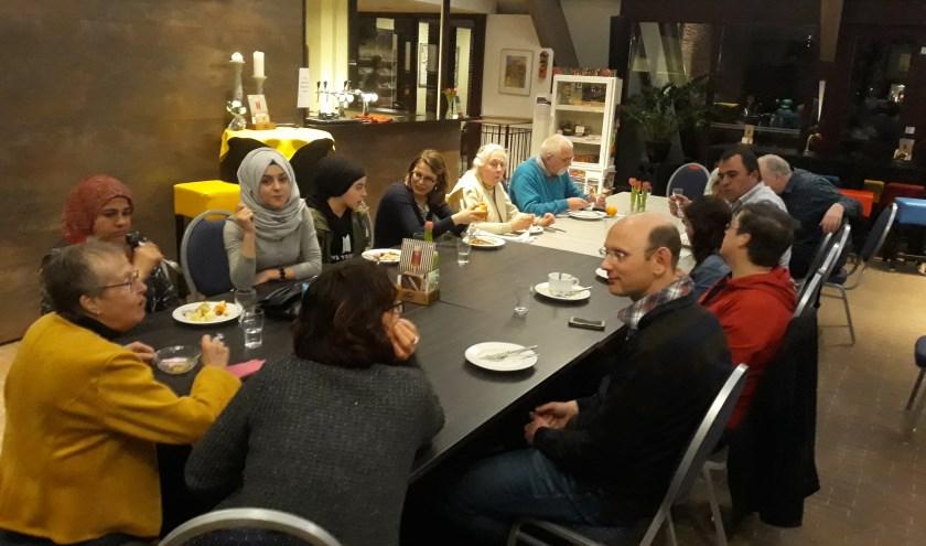 Een gezellig diner met inwoners en statushouders