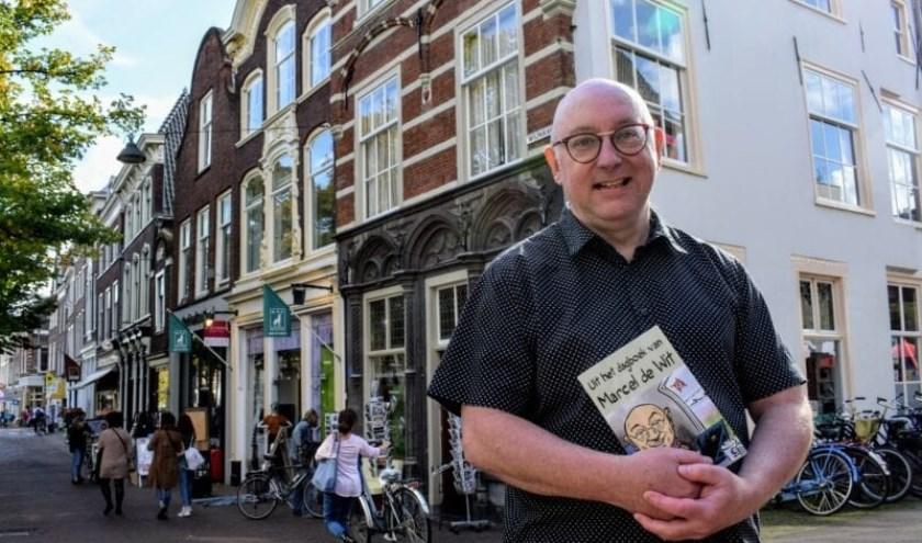 Marcel de Wit leest voor uit zijn boek tijdens zijn wandelingen door de stad.
