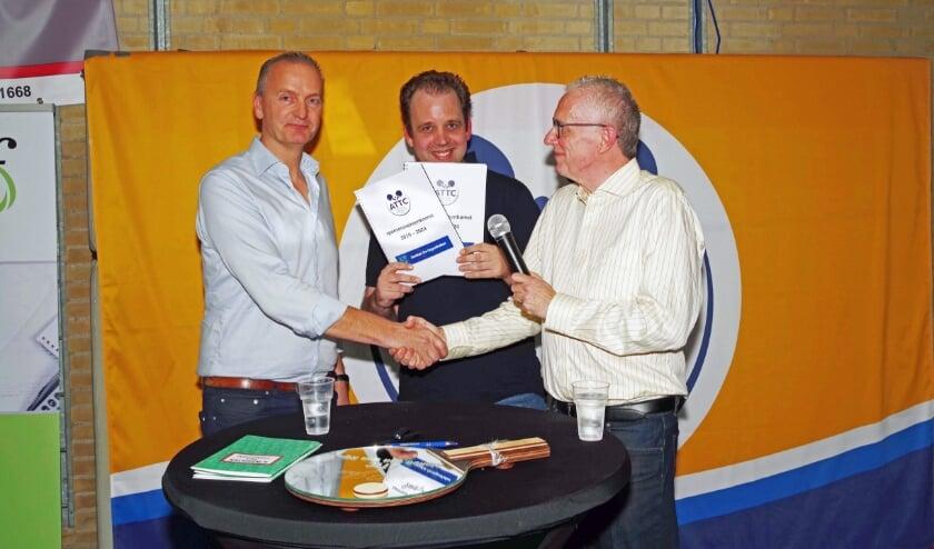 Dick van der Heiden (helemaal links) stelt dat steeds meer jonge Alphenaren een eigen huis kopen. Foto: Hans ter Hoek
